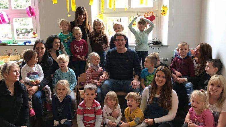 Influencer und YouTuber MaximNoise inmitten einer Kindergruppe in der Diakonie Düsseldorf