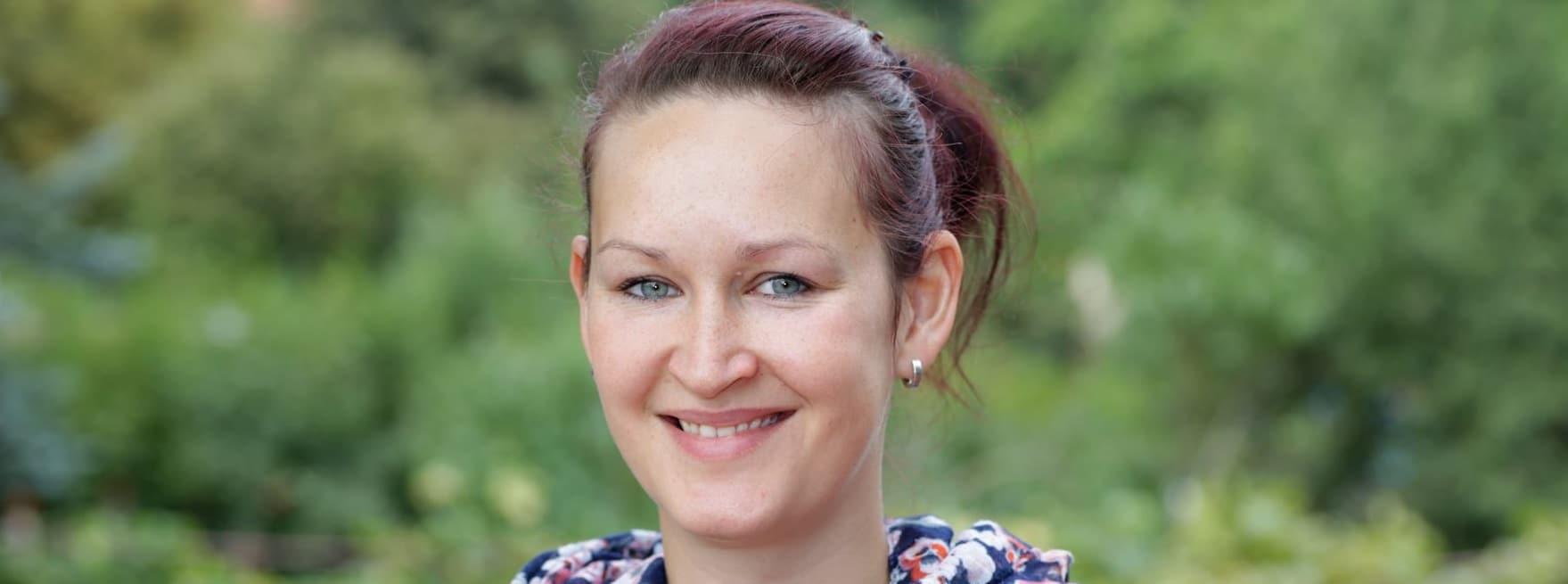Linda (siehe Foto) weiß, was moderne Praxisanleitung in der Pflege bedeutet