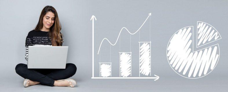Ein Mädchen am Laptop und gezeichnete Diagramme bebildern Blogartikel zum Thema Statistik, Personalcontrolling, Erfolgskennzahlen. Unter anderem Statistiken zu den Themen: WhatsApp, Ausländische Fachkräfte und Recruiting Methoden.