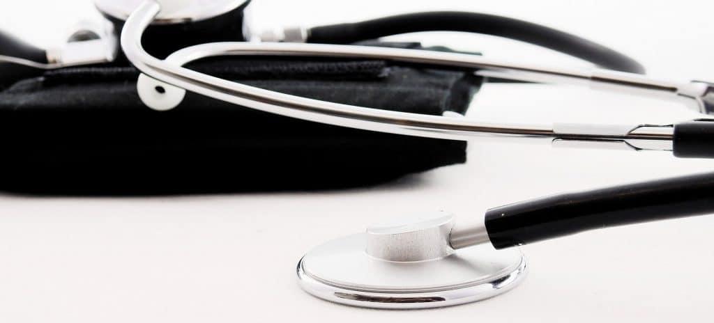 Das Bild zeigt ein Stethoskop. Es bebildert Artikel zum Thema: Pflegekräfte finden durch perfekte Stellenanzeigen! Damit heben Sie sich von anderen Arbeitgebern im Gesundheitswesen ab: Innovative Stellenanzeigen-Mustertexte für die Pflege