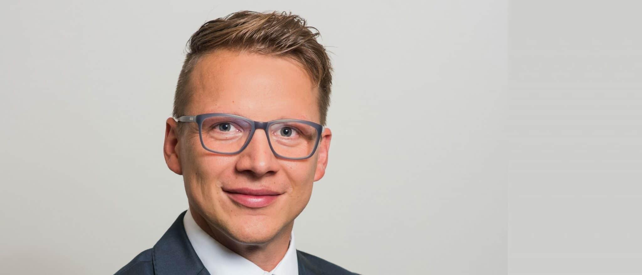 Zu sehen ist Prokurist Karsten Stüber vom Träger Diako Thüringen, der im Interview über Arbeitszeitmodelle in der Pflege und Digitalisierung in der Pflege spricht.