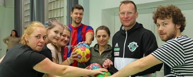 Trainer des TSV Hannover-Burgdorf mit Sozialassistentinnen der Diakonie